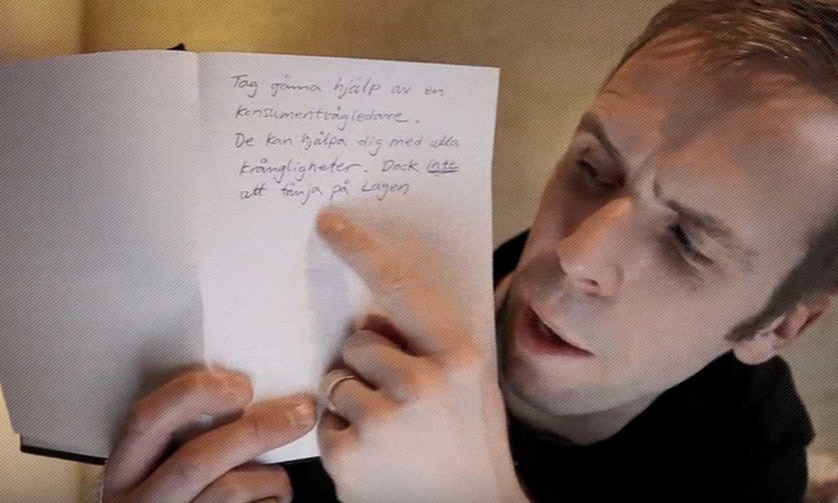 Bild från filmen Journalmannen: man håller upp ett block med användbara tips.