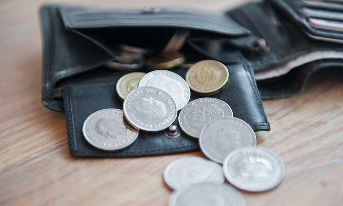 Plånbok med mynt i.